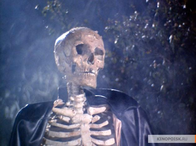 Писатель Джон и его невеста Ширли отправляются ночью на кладбище, так как п