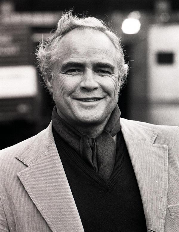 http://st-im.kinopoisk.ru/im/kadr/2/1/2/kinopoisk.ru-Marlon-Brando-2122754.jpg