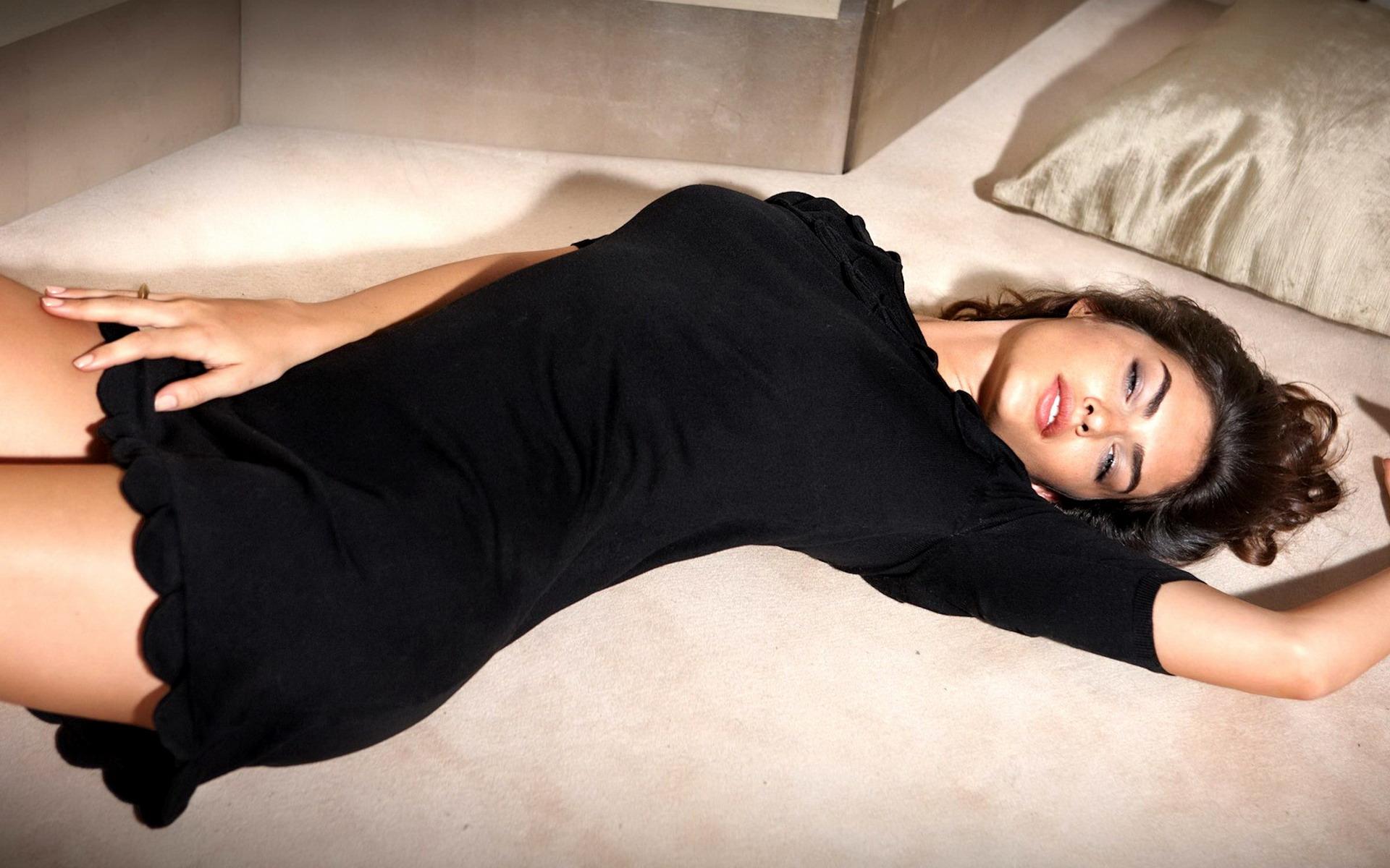 Фото красивых девушек в черном платье 12 фотография